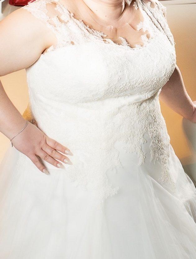 maat 54/56 ivoorkleurige jurk van tule en kant met vetersluiting en rugdetail