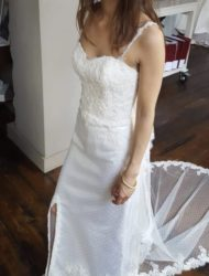 Nauwsluitende jurk met split inclusief lange sluier
