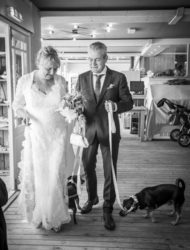 Bijzonder mooie kanten trouwjurk gedragen op bruiloft op het strand van texel
