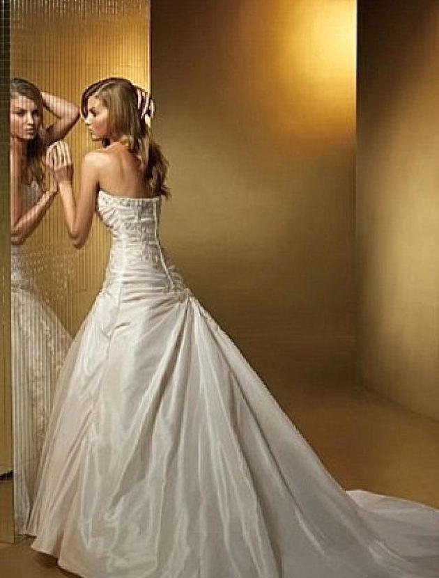 Voor langere dames: prachtige ivoorkleurige, a-symmetrische strapless bruidsjurk 951 van Benjamin Roberts