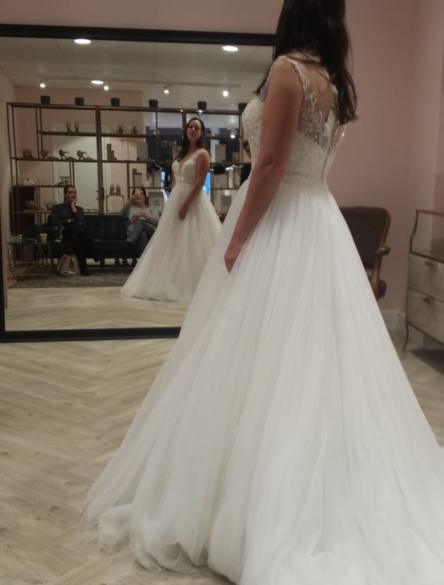 Romantische trouwjurk met illusion halslijn en wijde tule rok  incl. Hoepel, helemaal nieuw!