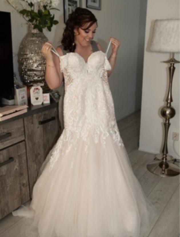 Prachtige Très Chic trouwjurk sexy but classy