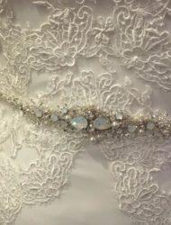 'Beautiful by Enzoani' lange trouwjurk met een open rug en glittertje in de taille  + sleep + evt. lange sluier (mijn maat is 38)