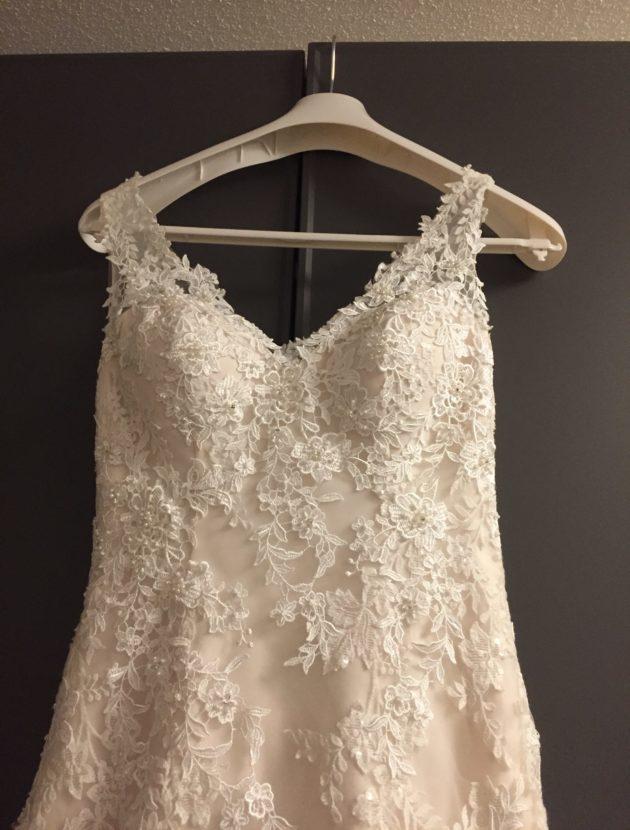 Cosmobella jurk met veel kant, valt slank & prachtig rug detail! Maat 34-36 (smalle taille)! 1x gedragen, gereinigd en niet beschadigd!