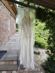 Ongedragen tweedelige jurk met kanten haltertop en opvallende rok
