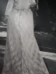 Stijlvolle ivoorkleurige bruidsjurk met kanten sleep
